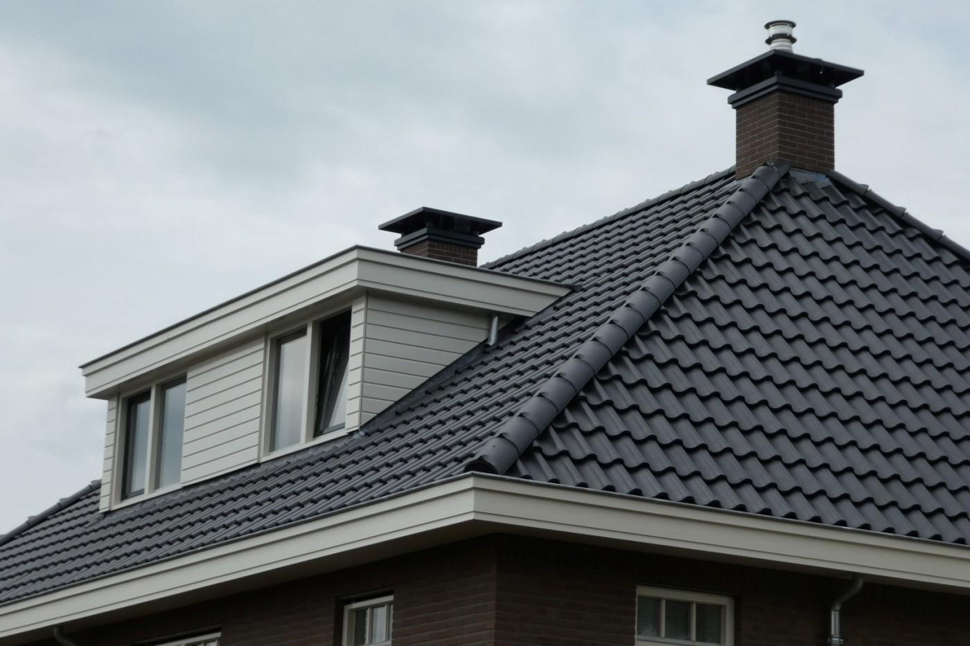 De geprefabriceerde dakkapel en schoorstenen verkorten de bouwtijd en zorgen voor meer controle over de eindkwaliteit.