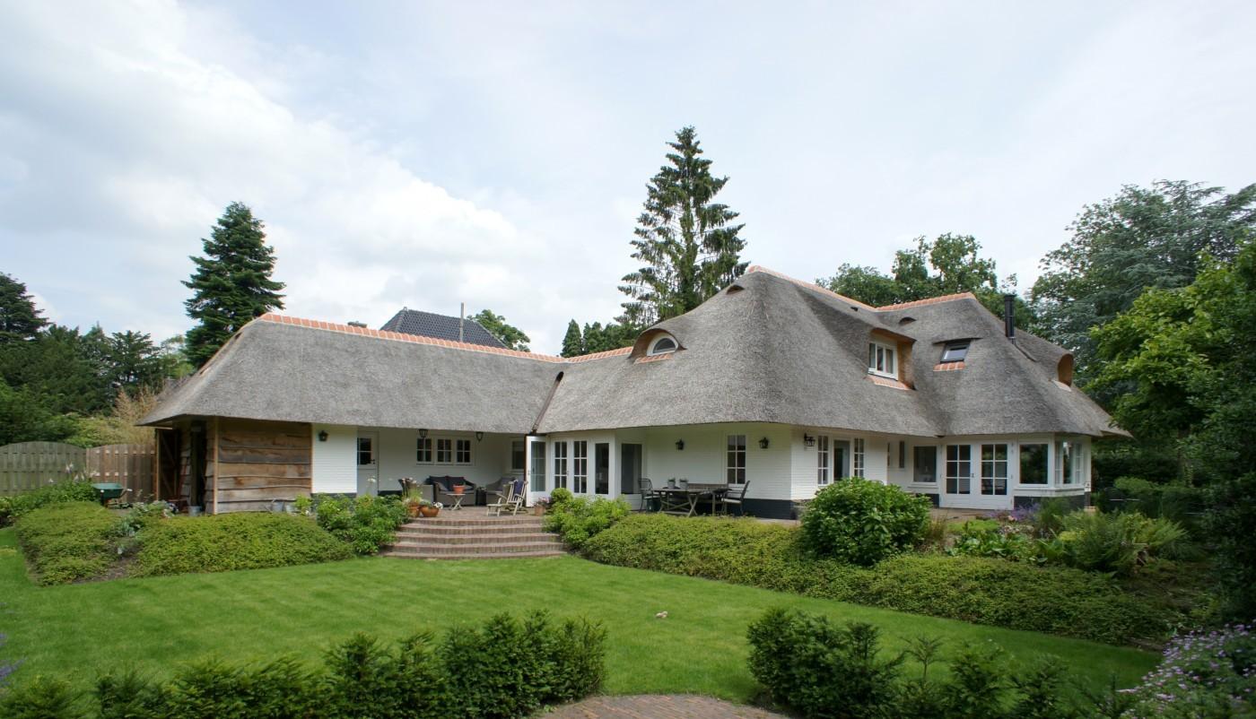 De aanbouw links is gerealiseerd door Prefit, geheel in de stijl van de bestaande villa.
