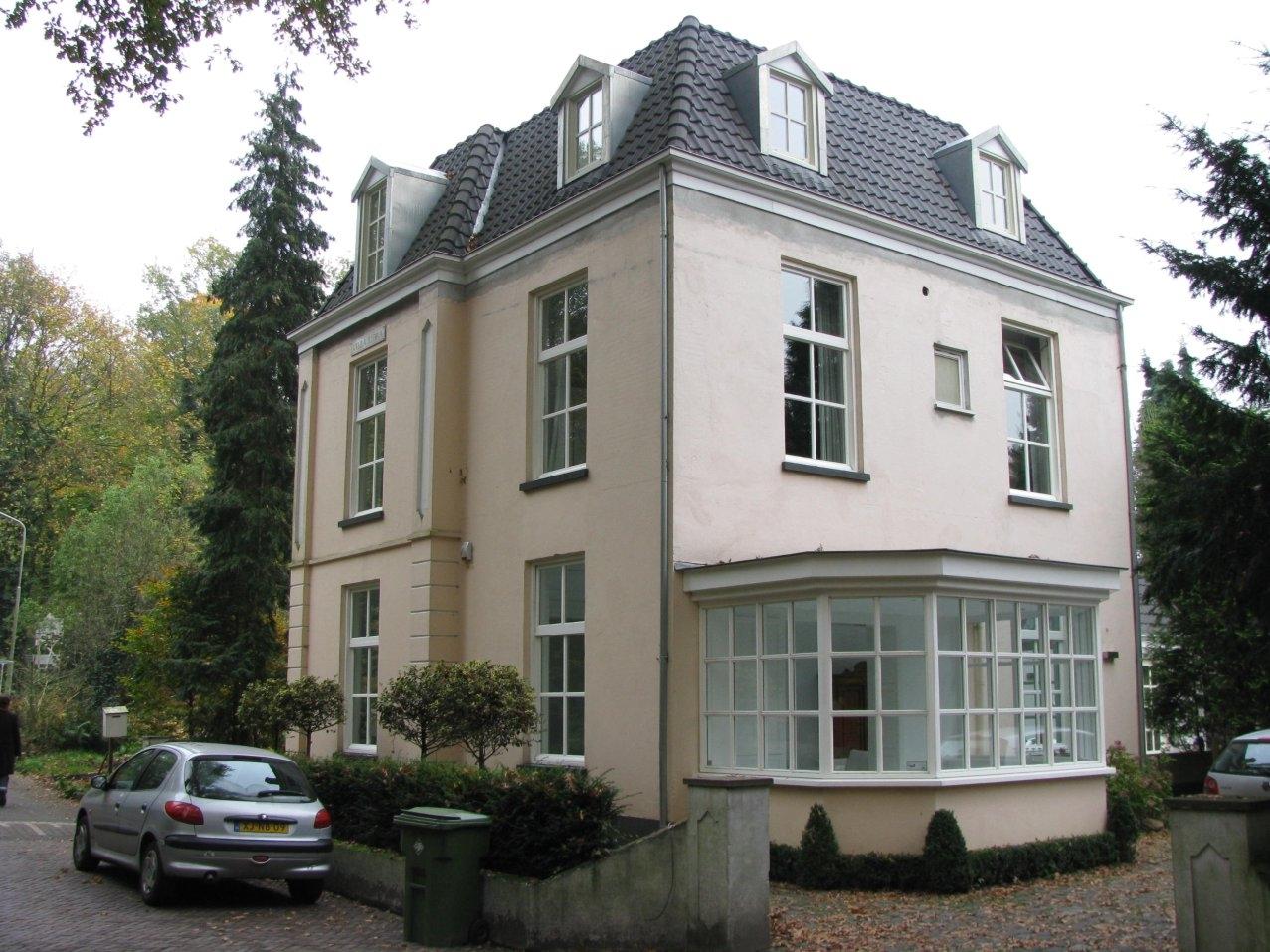 Door de nieuwe kapconstructie is er effectief een volledige verdieping toegevoegd aan deze villa.