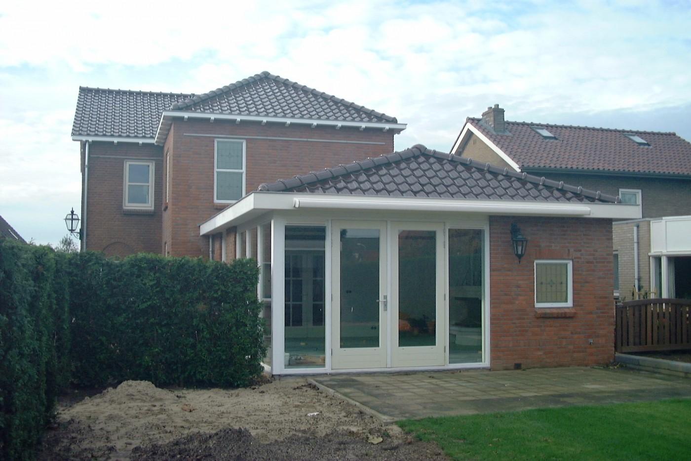 De geveldetaillering en ramen met glas in lood uit het woonhuis komen ook terug in de aanbouw.
