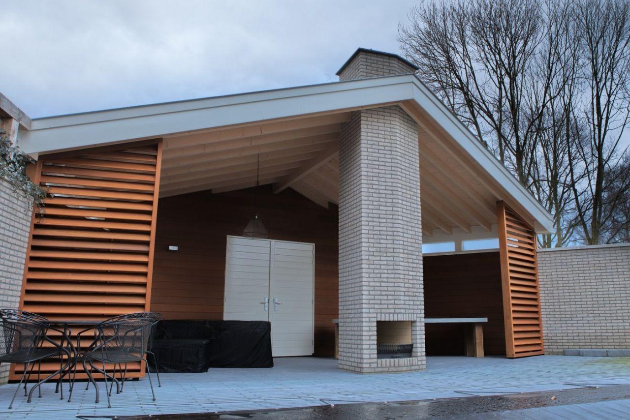 Bij het bouwen van dit buitenverblijf is veel hout toegepast. De haard en zwembad completeren het geheel.