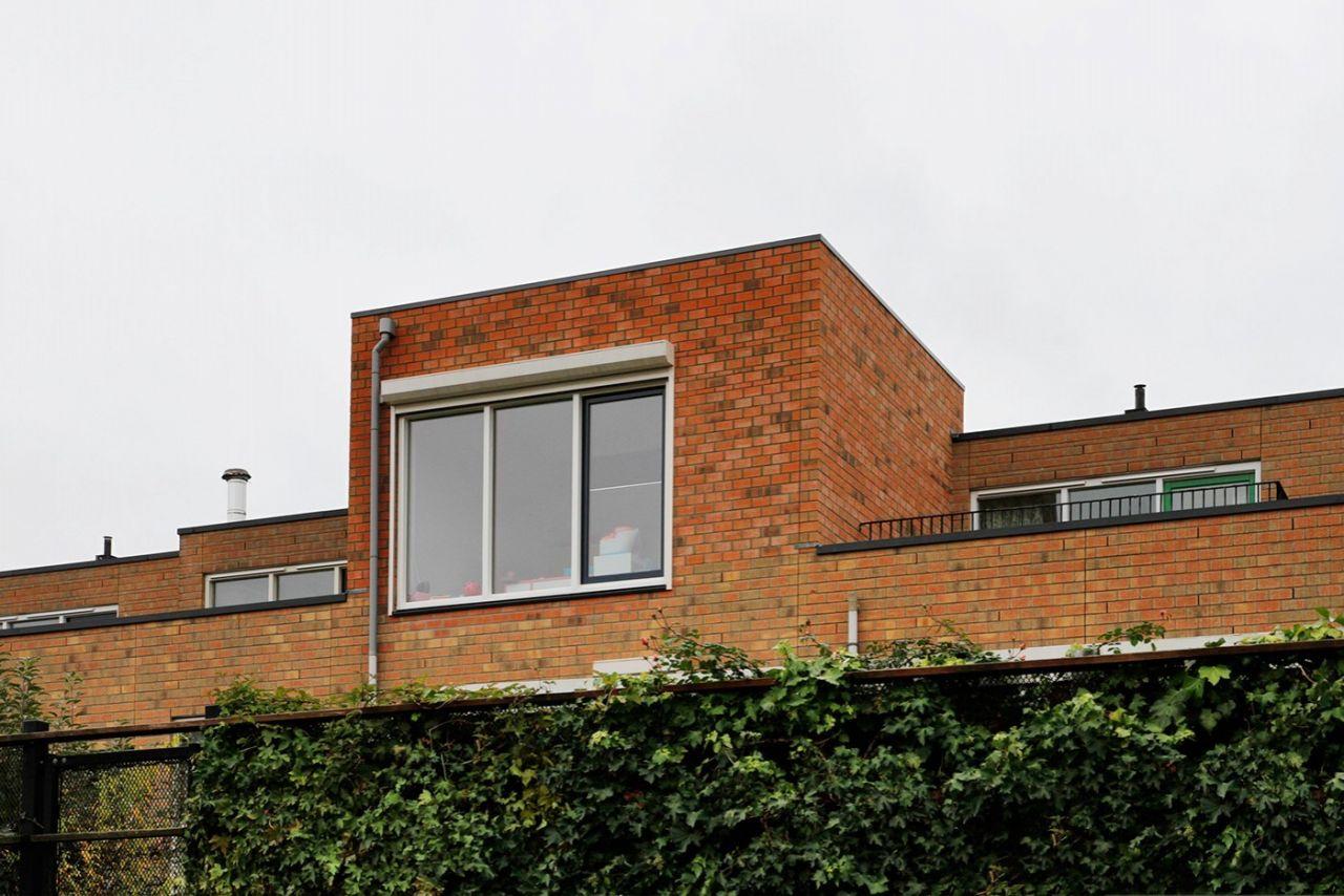Het bestaande dakterras heeft plaatsgemaakt voor een opbouw, nu dienstdoend als thuiskantoor.