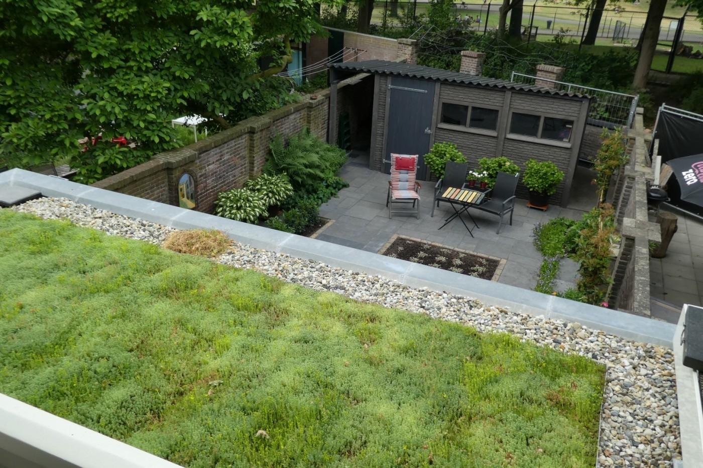 Het sedumdak en de achtertuin zorgen voor relatief veel groen in een stedelijke omgeving.