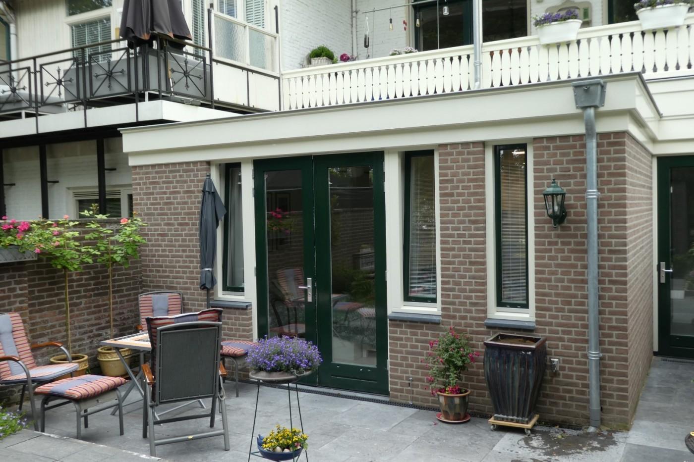 Het woonoppervlak van deze benedenwoning in Nijmegen is vergroot d.m.v. deze aanbouw.