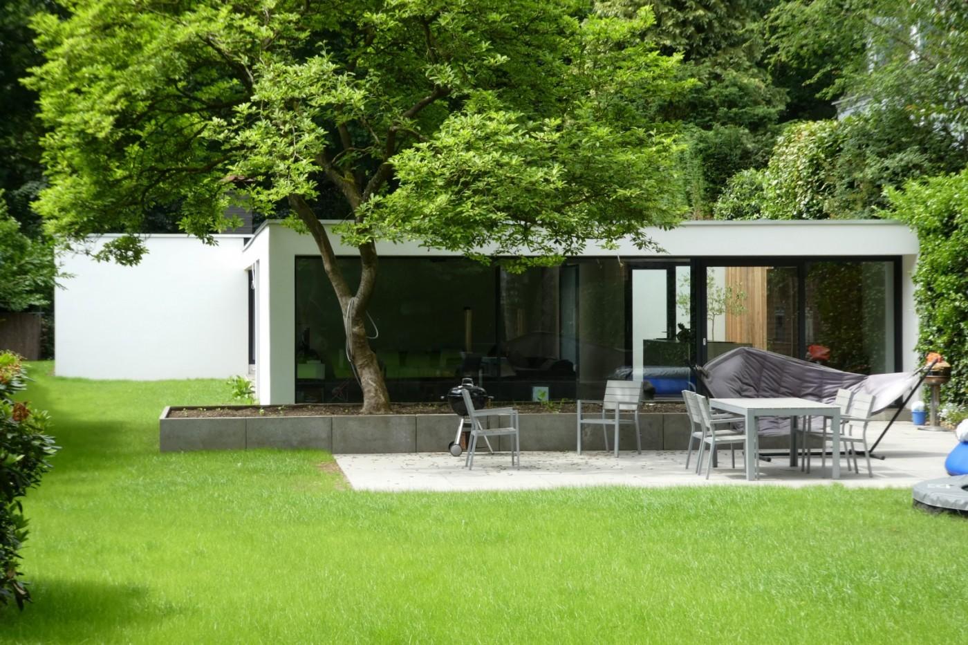 De opgeleverde woning in de groene, natuurlijke omgeving zorgt voor veel wooncomfort.