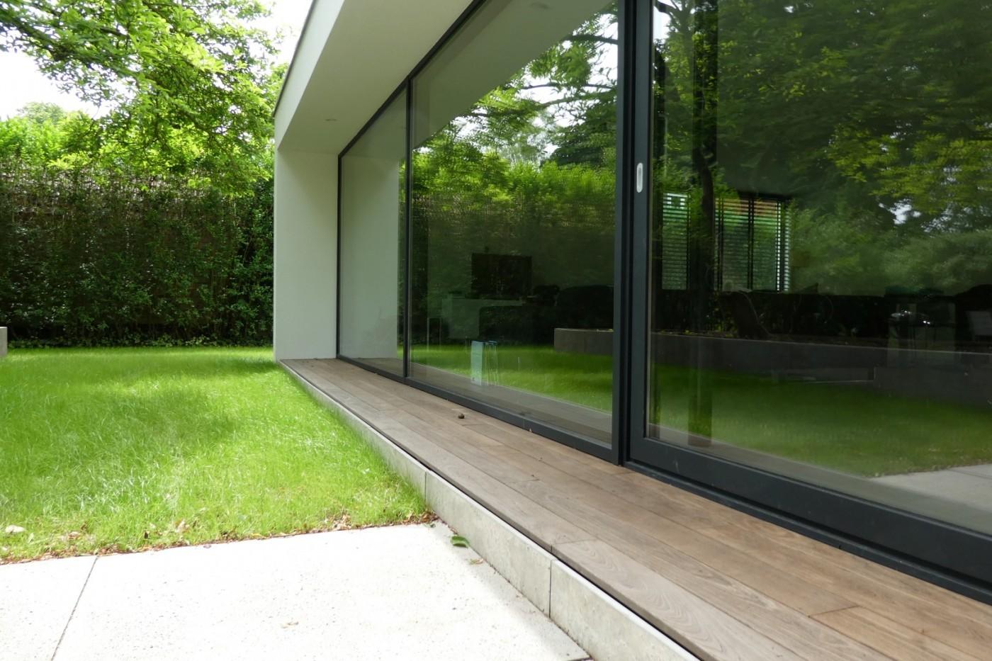 De grote glasoppervlakken zorgen voor veel daglicht binnen.