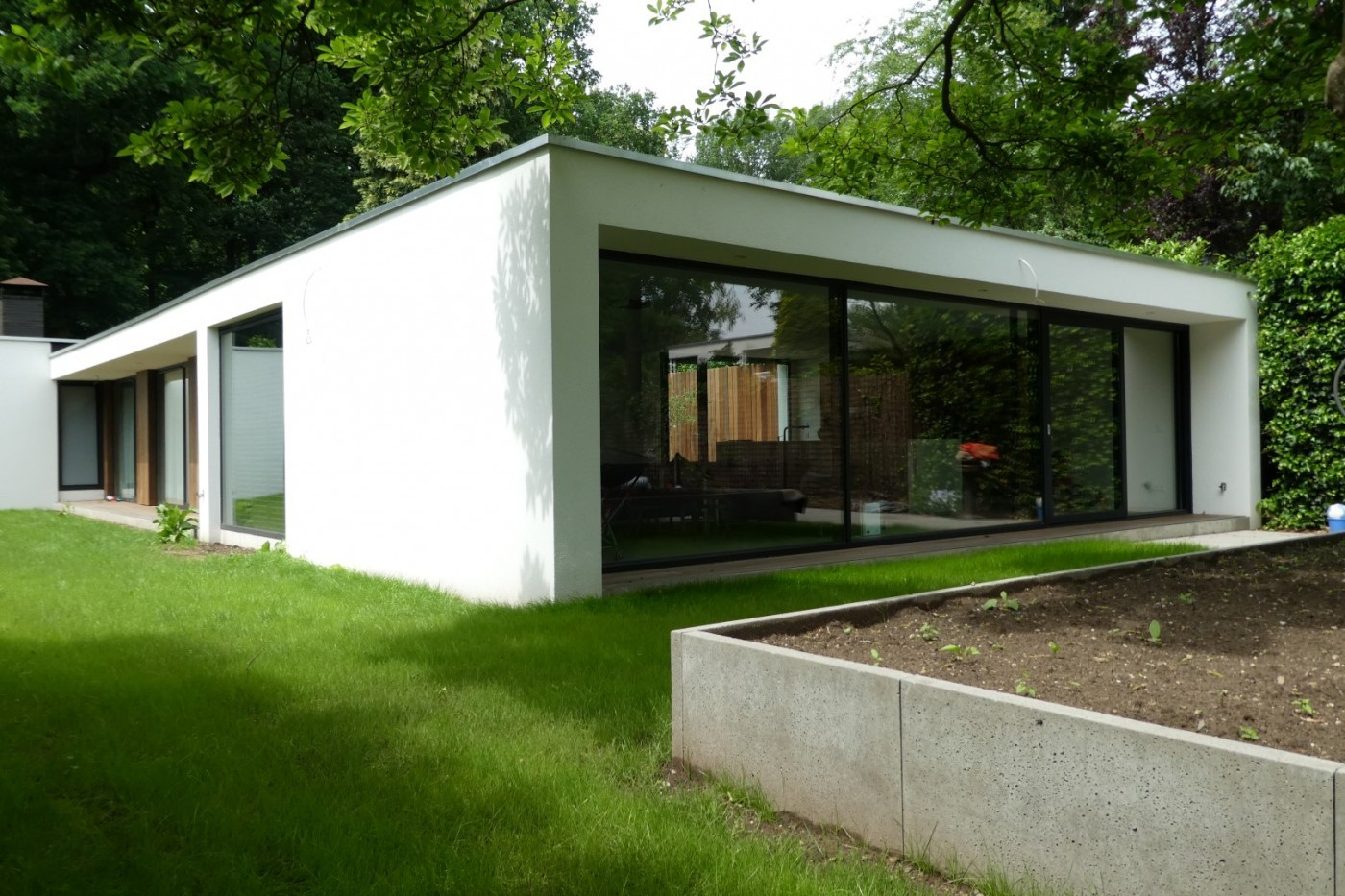 De geheel gelijkvloerse woning is van binnen en van buiten compleet gerenoveerd.