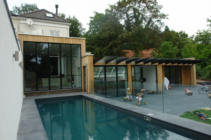 Het zwembad, rondom afgewerkt met natuursteen.