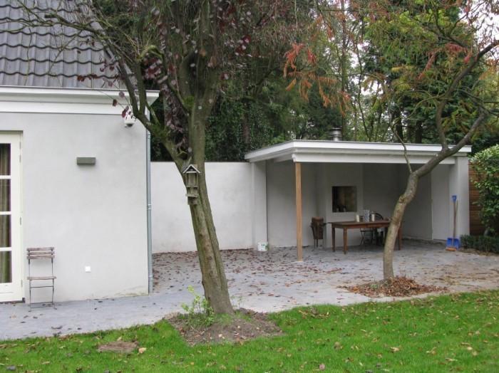 Prefit heeft verder een ruime aanbouw en afdak aan deze villa gerealiseerd.