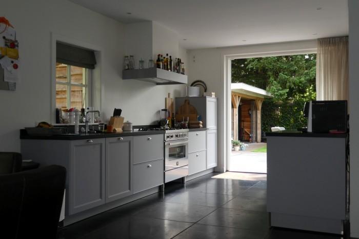 Het ruime interieur van de woonkeuken.